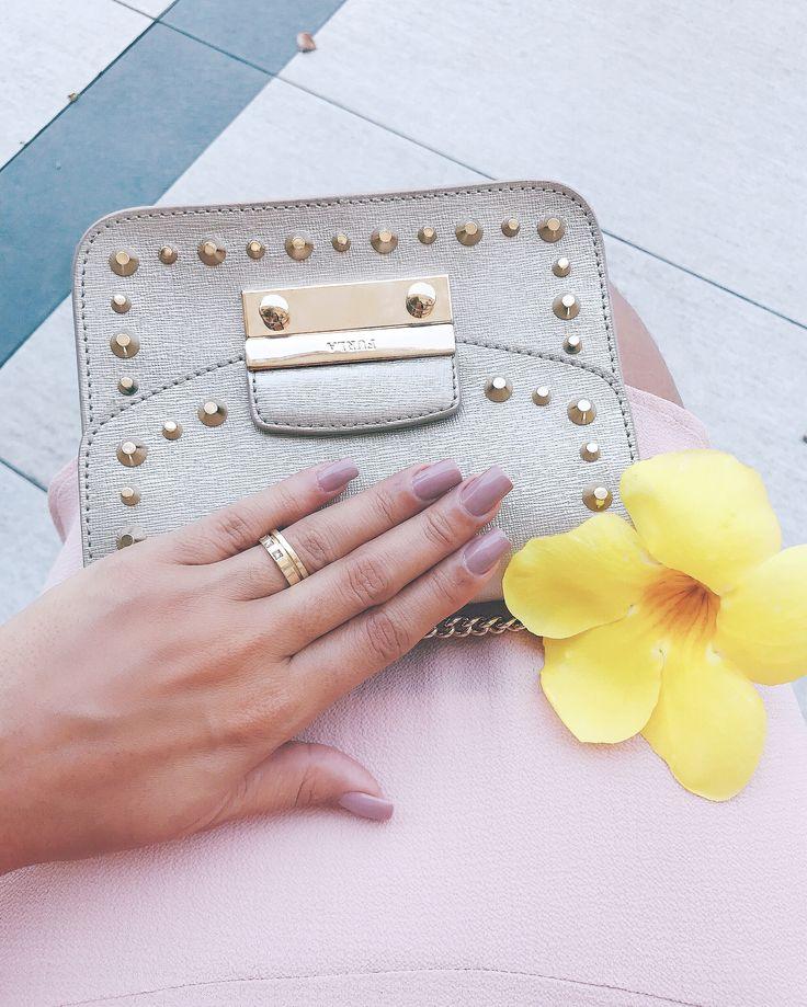 Bolsa Furla dourada. Handbag Furla Dourada ❤ inspiration hand, nails, nude