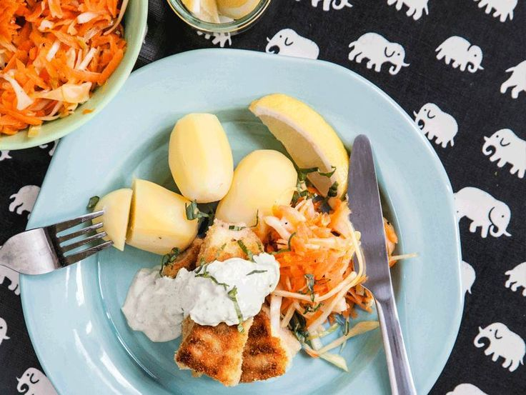 Egna fiskpinnar med en dipp på äpple, créme fraiche och smörfräst curry som du serverar tillsammans med råkostsallad och kokt potatis.