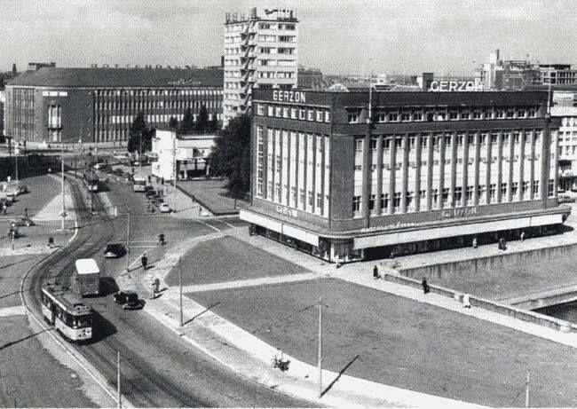 Het Modehuis Gerzon in 1954. We kijken vanaf de Blaak in de richting van de Coolsingel en zien ook het gebouw van de HBU en de Rotterdamsche Bank. Op de plaats waar Gerzon stond vind je nu de Blaak Office Tower. De naam is er niet mooier op geworden.