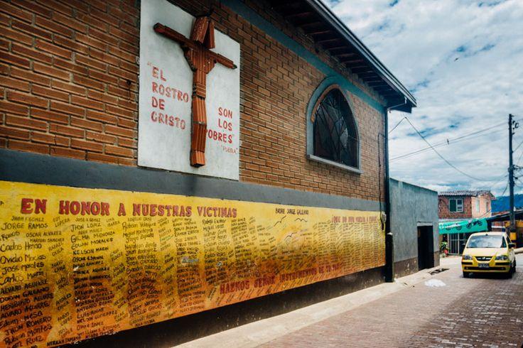 Este mural está pintado detrás de la iglesia de Santo Domingo Savio y rinde homenaje a las víctimas que dejó el conflicto en la década de los 90.