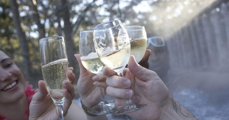 Reações alérgicas ao álcool. Muitas pessoas podem beber álcool dentro de seus limites e sob controle, no entanto, algumas pessoas não têm essa capacidade. O álcool pode apresentar inúmeros problemas, incluindo uma reação alérgica. As reações alérgicas podem ser assustadoras ou surpreendentes, na melhor das hipóteses, e paralisantes ou mortais, na pior. Tenha em mente que as ...