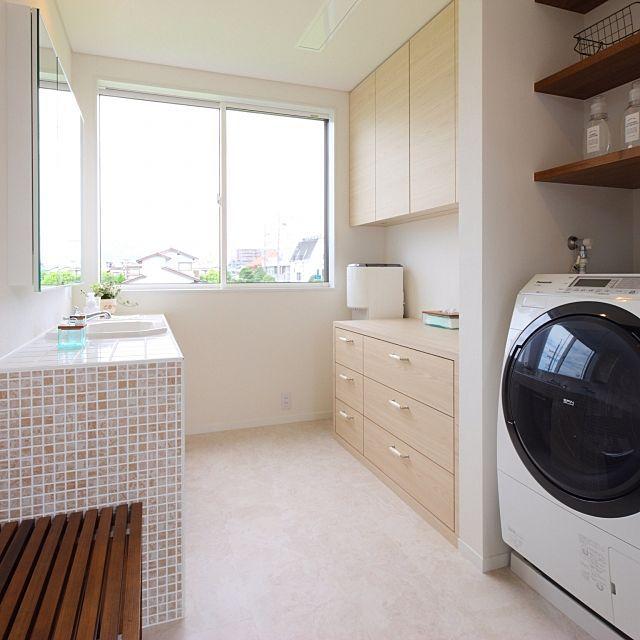女性で、4LDKのアジアン/アジアン風/ホテルライク/海外インテリア/海外風/バリ風…などについてのインテリア実例を紹介。「イベント用に再投稿♡ 写真では見えにくいですが、天井に電動開閉式の物干し竿が収納されています。雨の日や花粉の時期はこの部屋に洗濯干しをしています!」(この写真は 2017-05-29 00:17:10 に共有されました)
