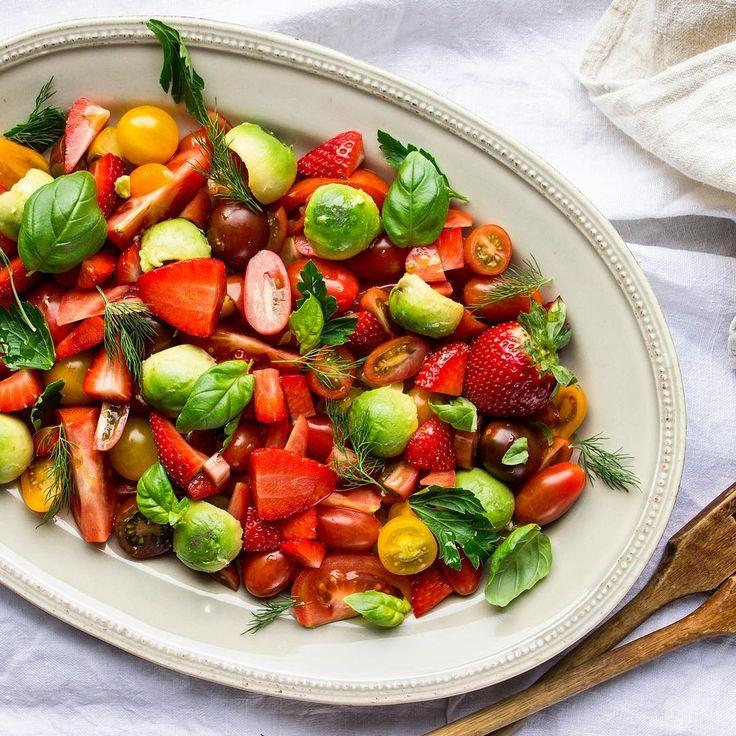 Här är en riktig favorit ☝️Olika tomater i olika storlekar, jordgubbar, avokado och massa olika färska örter 😚👌🏻