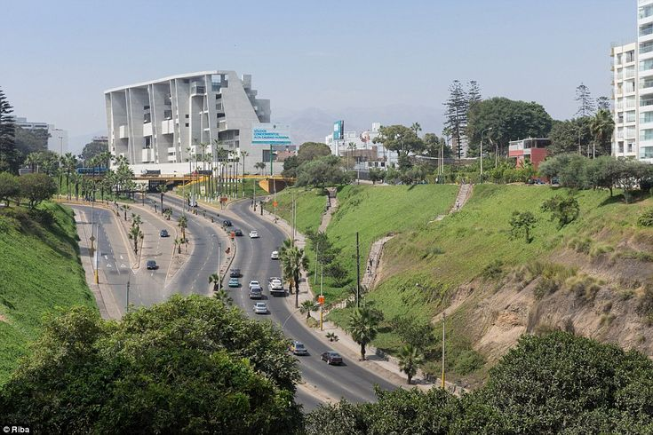 UTEC (Universidad de Ingenieria y Tecnologia) in Peru is a new academic building for students of engineering and mining technology. The site sits next to a busy motorway which heads into a ravine and at the rear of the building is the middle class neighbourhood of Barranco