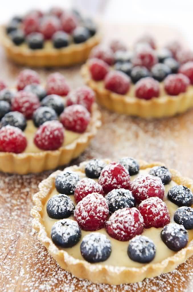 Tarta cu fructe este acel desert pe care nu vei regreta niciodata ca l-ai incercat. In afara faptului ca arata irezistibil indiferent de fructele pe care le folosesti, micuta prajitura te va cuceri de doua