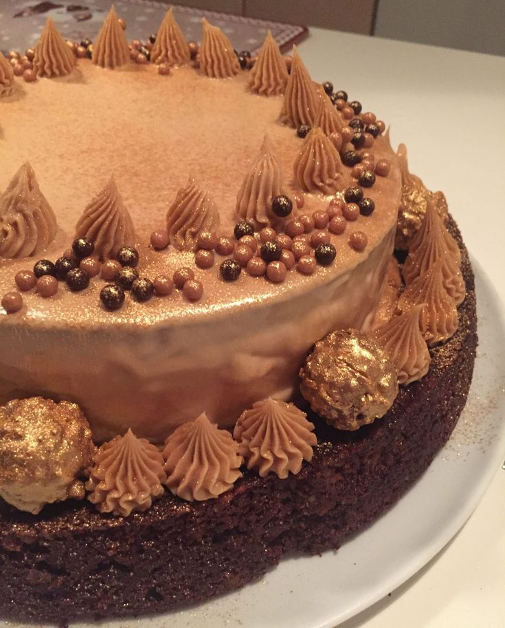 Denne kage er klart en drøm for karamel- og chokoladeelskeren. Jeg er jo helt vild med Callebauts Gold chokolade. Og jeg har da også brugt en del i denne lækre kage, som jeg serverede for hele fami…