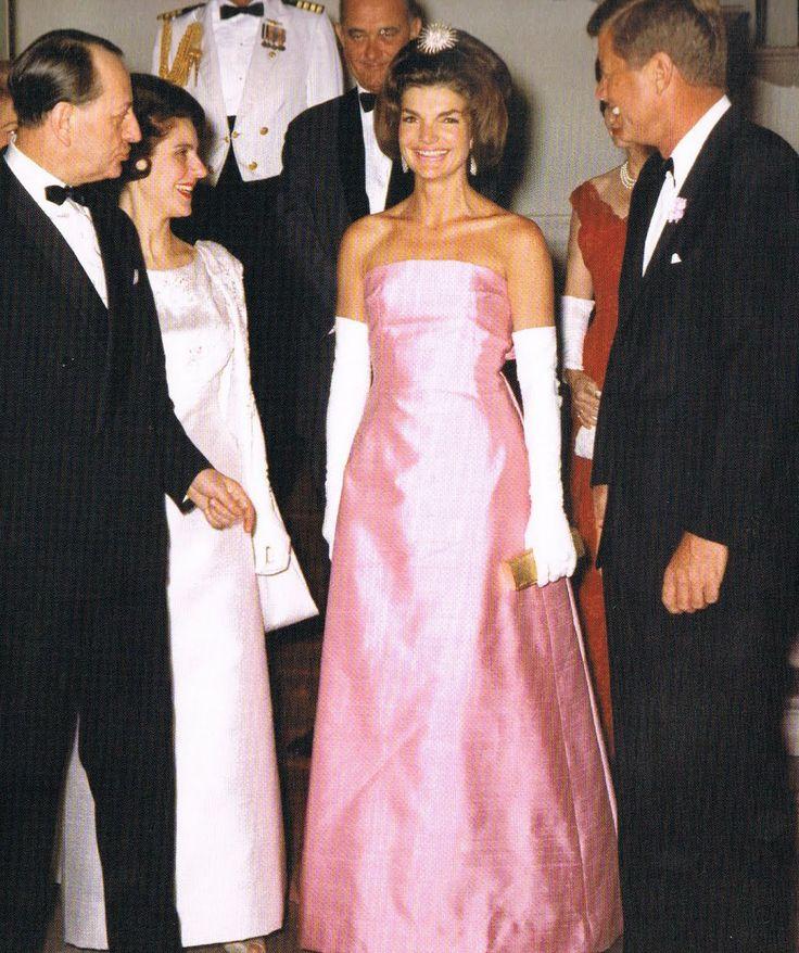Сегодня, 28 июля, день рождения самой знаменитой первой леди в истории и одной из самых элегантных женщин XX века – Жаклин Кеннеди. Ей могло бы испол