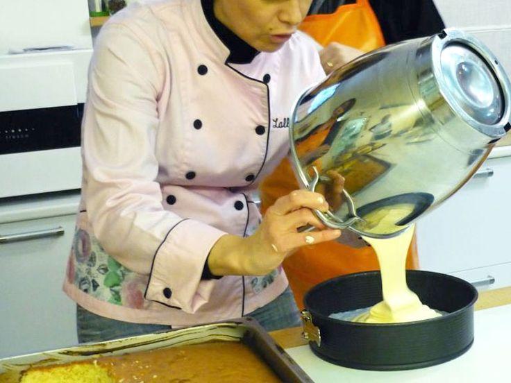 Lalla prepara base per copertura con pasta di zucchero