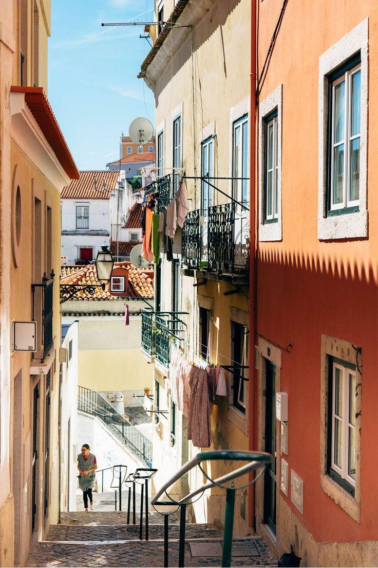 Tag på eventyr, far vild og bliv forelsket i Portugals smukke hovedstad. Gå mellem blafrende vasketøj, sporvogne og den melankolske fadomusik i de gamle kvarterer, fortab dig i farver og fliser i markedsmylderet, og sug til dig af det særlige lys ved havet.
