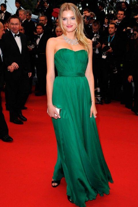 Lily Donaldson em um tomara que caia verde esmeralda deGiuseppe Zanotti: