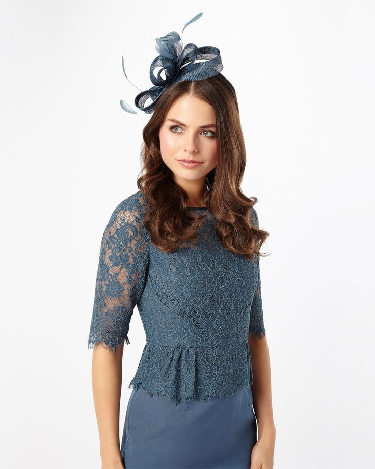 This elegant fascinator features bow and feather detailing that perfectly…