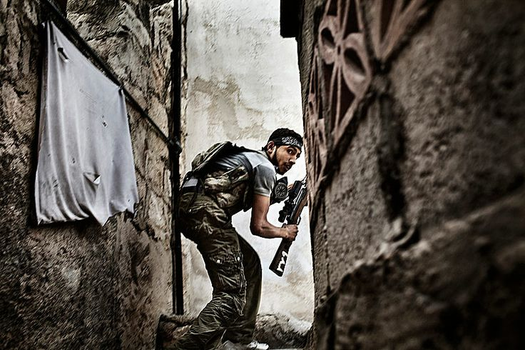 A free Syrian Army fighter takes up a position during clashes against government forces in the Sulemain Halabi district in October 2012, Aleppo, Syria | Credit : Fabio Bucciarelli