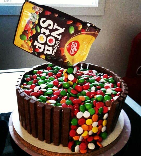 Um bolo com muita cor