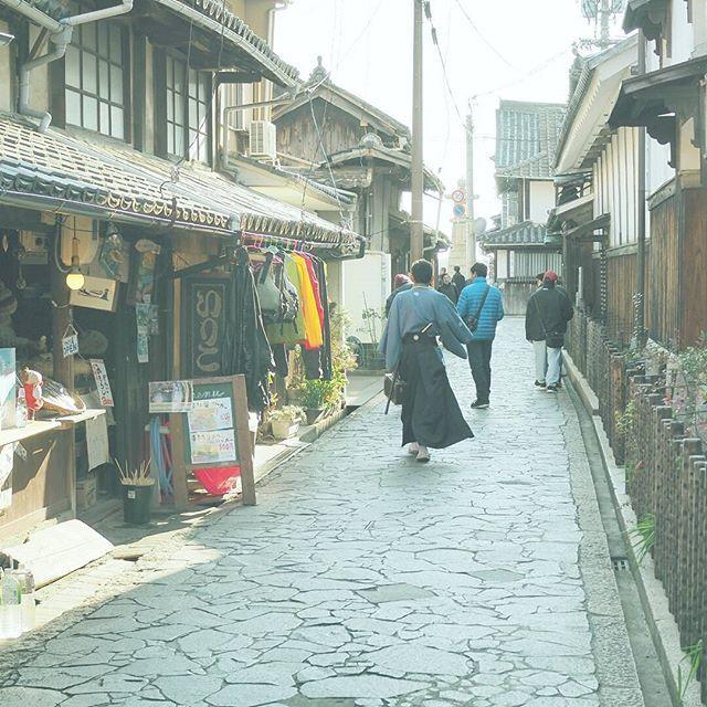 【masaharuuenaga】さんのInstagramをピンしています。 《武士が歩いてた2。 目が合って、挨拶もしました。 . 撮影日:2017.1.1 -- #わりと地元の鞆の浦 #広島 #鞆の浦 #福山 #samurai #武士 #ぶらり旅 #海 #発見 #OMD #omdem5markii  #instatrip #instatravel  #igersjp #japan_of_insta  #photo_shorttrip #reminiii_fan #travel #we_japan #love_nippon #tokyocameraclub  #ptk_japan #風景 #カメラ #旅に行きたい #プチ旅行 #写真撮ってる人と繋がりたい  #写真好きな人と繋がりたい #ファインダー越しの私の世界  #ファインダー越しの世界》