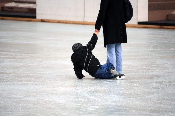 Imparare a cadere nel pattinaggio sul ghiaccio http://www.piccolini.it/tips/547/imparare-a-cadere-nel-pattinaggio-sul-ghiaccio/