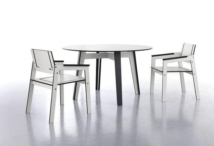 Stół i krzesła z kolekcji Jig firmy Conmoto. Kolekcja ta została wykonana z funkcjonalnego materiału HPL, który jest odporny na ścieranie, zarysowania. oraz jest łatwy w utrzymaniu czystości.