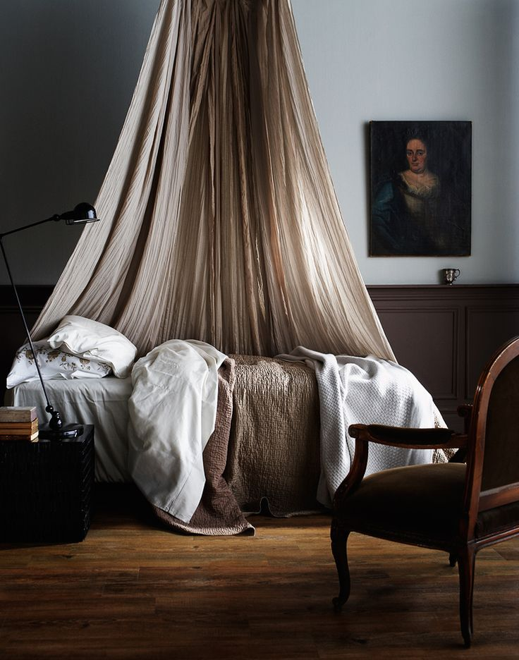Again, love this sort of fabric hanging over or around a bed! Looks really calming and beautiful.