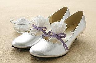Quando você veste sapatos sem meias, seus pés suam e começam a cheirar. Se você colocar bicarbonato de sódio nas suas sapatilhas, o produto vai matar as bactérias e eliminar aquele cheiro nojento.