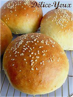 Pains Burger - ces pain sont une tuerie ! ! vraiment délicieux , savoureux s (ou environ 30 moyens / environ 50 petits) : 560 g de farine 12 g de levure de boulanger déshydratée (Alsa pour moi) 220 ml de lait 100 ml d'eau 55 g de beurre 25 g de sucre 9 g de sel 1 oeuf