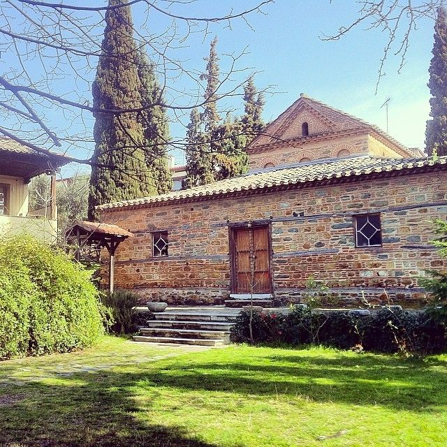 The small but elegant church of Agios Nikolaos Orfanos, looks even better in its green garden. (Walking Thessaloniki, Route 09 - Upper Town A)