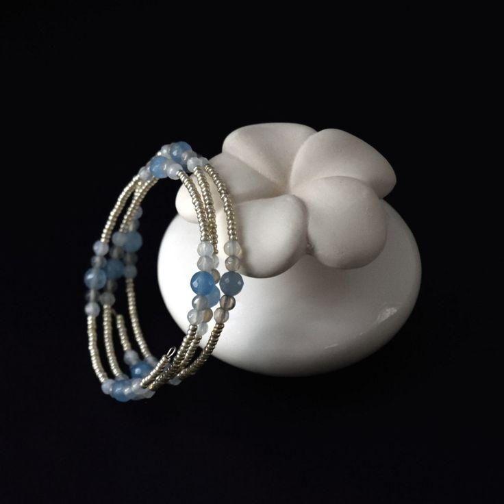 Bracciale memory wire agata color cielo, bracciale multi giri, bracciale a molla, Idea regalo, regalo per lei, gioielli estivi di NellaBorsadiMaryPopp su Etsy