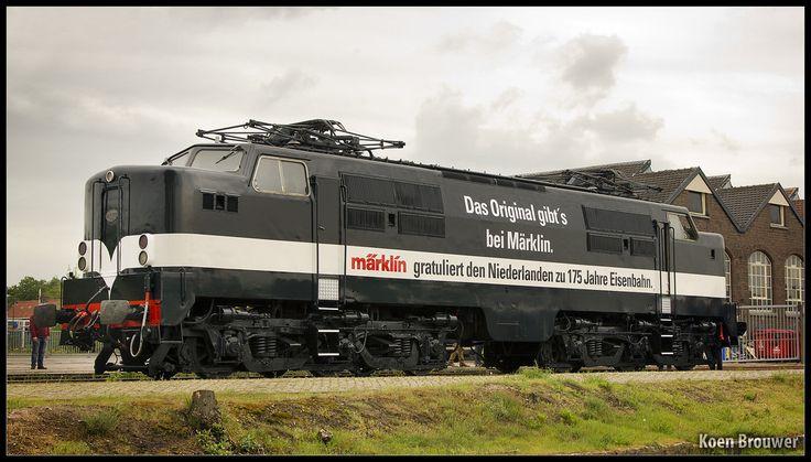 """AMERSFOORT - Locomotief 1252 is onlangs geschilderd en bestickerd met tweetalige felicitatie van Märklin voor het jubileum 175 jaar spoor in Nederland.  Dit is de Duitse kant met de opschriften """"Das original gibt's bei Märklin. Märklin gratuliert den Niederlanden zu 175 Jahre Eisenbahn."""""""