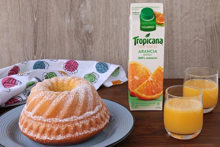 """Ciambella al succo di frutta senza burroda cm 24:  4 uova 250 g di zucchero 380 g di farina """"00"""" 160 g di Succo di Frutta Tropicana all'Arancia Bionda 90 g di olio di semi 150 g di yogurt greco 1 pizzico di sale 10 g di lievito istantaneo per dolci q.b. di zucchero a velo vanigliato per decorare"""