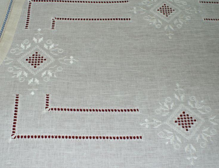 tovaglia a punto antico ricamata tono su tono su lino bianco -siena f.lli graziano- | by detraluna