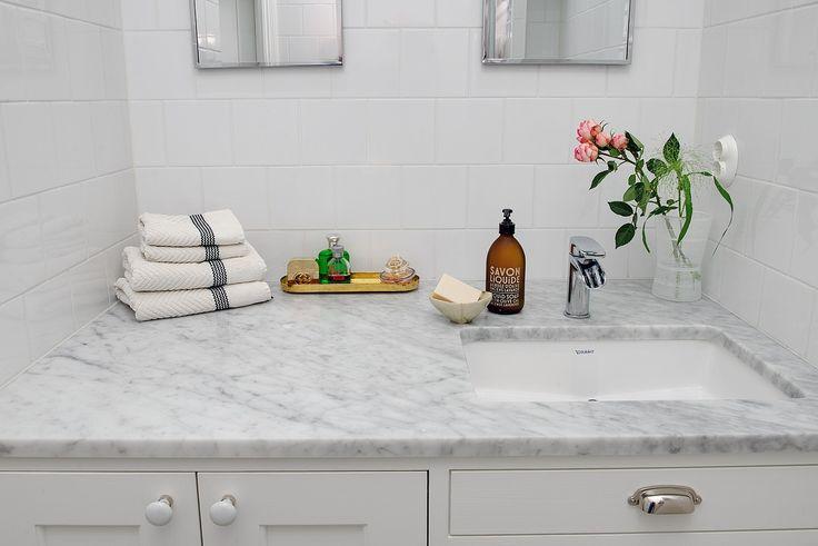 Platsbyggt badrumsskåp tillverkat av Sven Snickare. Bilder på Alvhems hemsida.