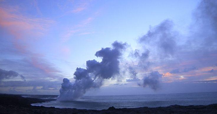 Efeitos negativos dos vulcões-escudo. Como ocorre com todos os vulcões, há efeitos negativos das erupções do vulcão-escudo. No entanto, os outros dois principais tipos de vulcões — cones de escórias e estratovulcões — apresentam erupções muito mais violentas do que as erupções dos vulcões-escudo. A erupção relativamente tranquila dos vulcões-escudo é conhecida como erupção havaiana.