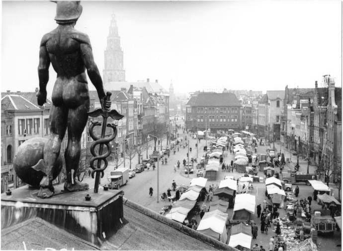 De Vismarkt gezien vanaf het dak van de Korenbeurs met het beeld van Mercurius in 1951 - Foto's SERC