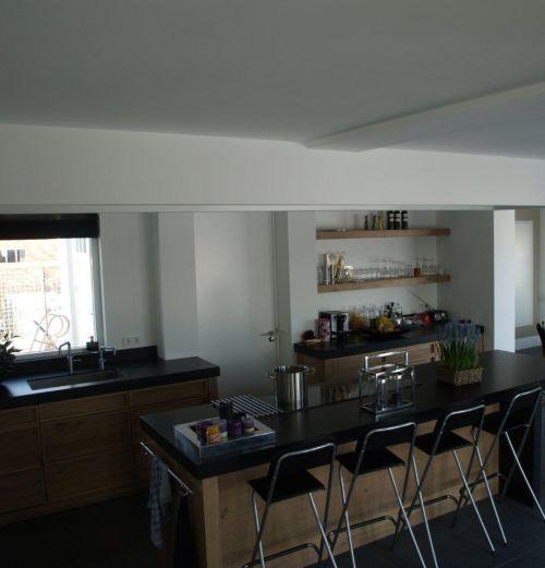VRI interieur landelijke keuken modern fijn bezaagd eiken met kookeiland, houten laden en composiet stenen blad