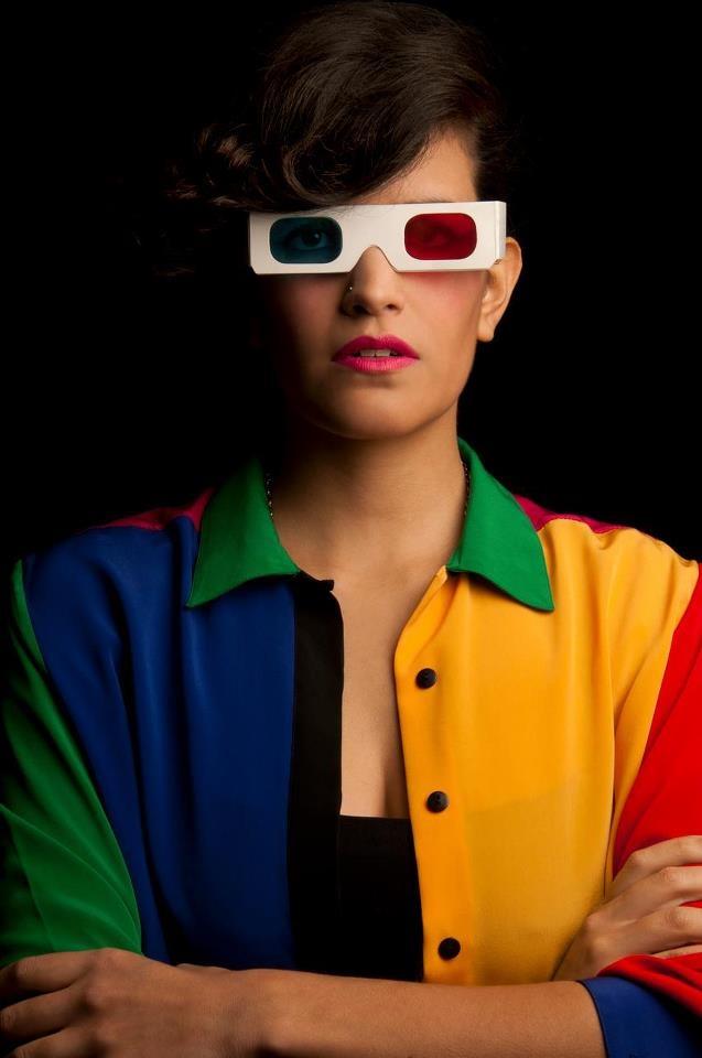 Pocas chicas me parecen tan estilosas como Maria Cardona, diseñadora, musico, dj, fotografa, antigua integrante del grupo Esteman, de Colombia. Ella, con una extraña sencillez deslumbra con su estilo inclasificable, colorido, neoretropop, sus formas redondeadas, sus extravagantes anteojos, sus vestidos de pin up y su sonrisa atomica sin duda la convierten en una pieza artesanal de la sensualidad bogotana. Si Botero hubiese conocido a Maria habria renunciado a pintar gordas...
