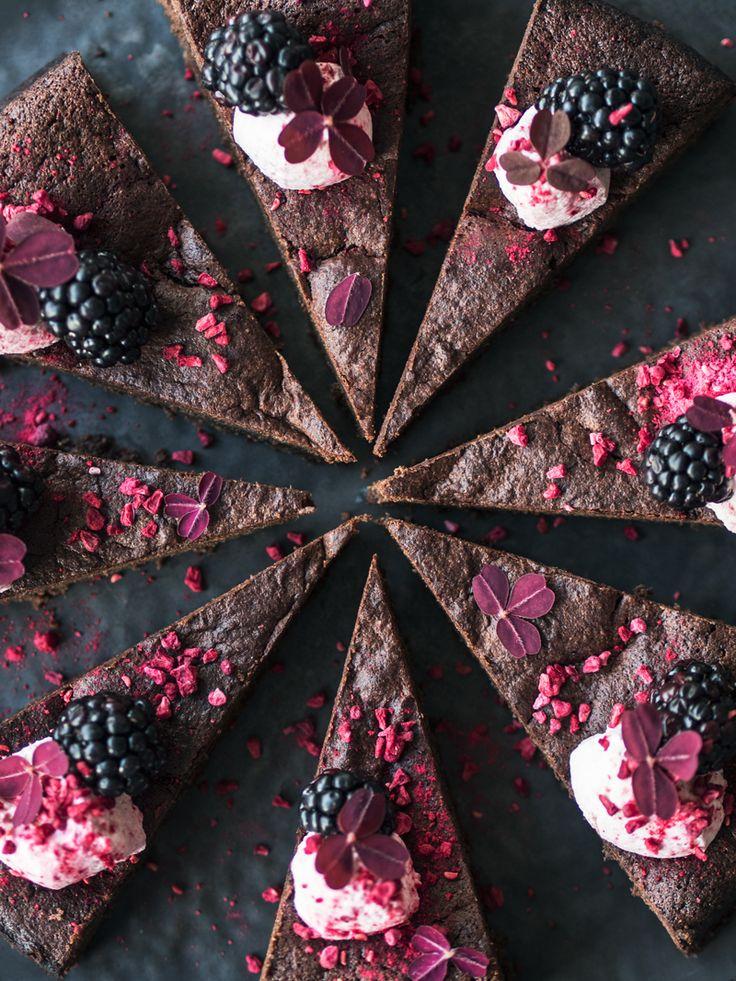 Det her er chokoladekagen! Den ultimativechokoladekage, og hvad andet ville være rigtigt at servere nytårsaften? Læs også: Forret til nytårsaften – blinis med laks & rødbedecreme Ifølge …