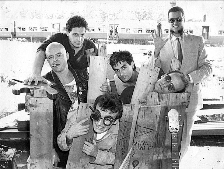 """Sumo: Luca Prodan, Ricardo Mollo, Diego Arnedo, Roberto Pettinato, Germán Daffunchio, Alberto """"Superman"""" Troglio (abajo)."""