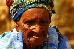 Toen de oma van Safa zonder man vals vluchteling naar Balbala kwam en haar kinderen moest opvoeden, had ze geen andere keus dan andere meisjes verminken. Waris vertrouw natuurlijk de oma van Safa niet ze is bang dat ze het contract gaat verbreken.