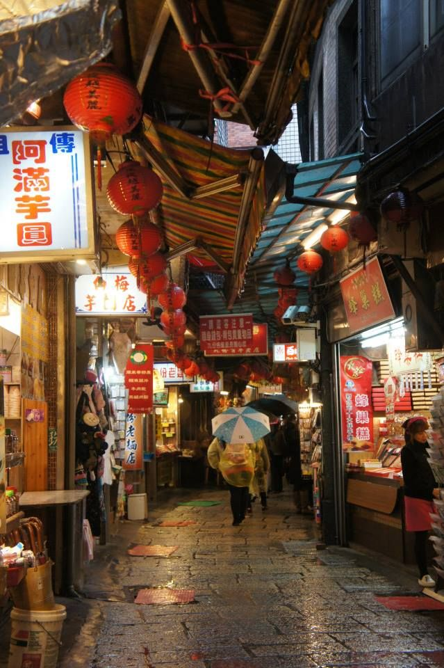 Just a glimpse of the old street 'Jiufen'. Soooo much tasty street food on offer and bargains :D