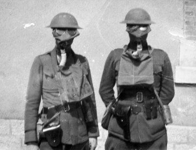 Oficiales durante la primera guerra mundial pertrechados con mascaras antigas, a los soldados se les daba un pañuelo y colirio.