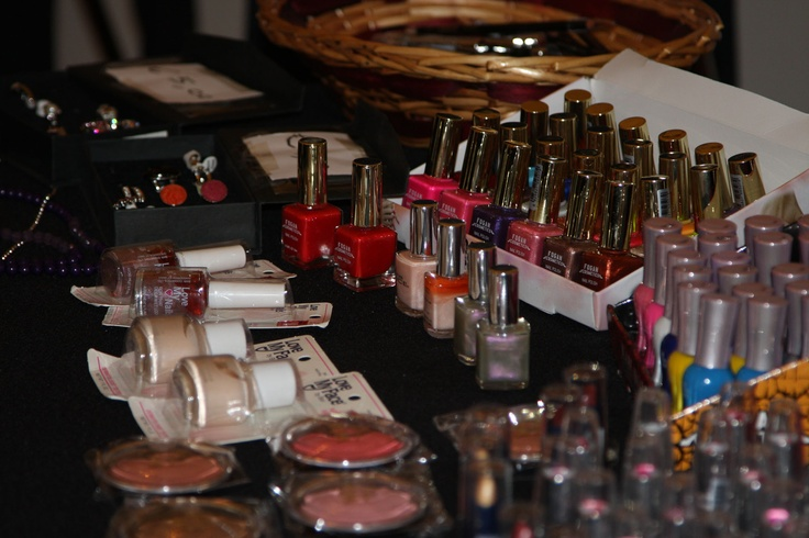 en natuurlijk ontbreken de make-up artikelen niet tijdens de bijeenkomst over jezelf presenteren (kleding en visagie)