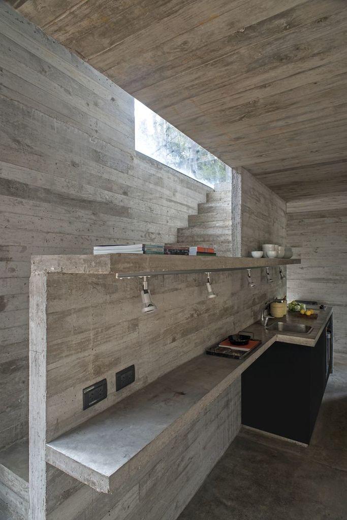 Кухонные столешницы и полки выполнены из бетона как и стены дома. .