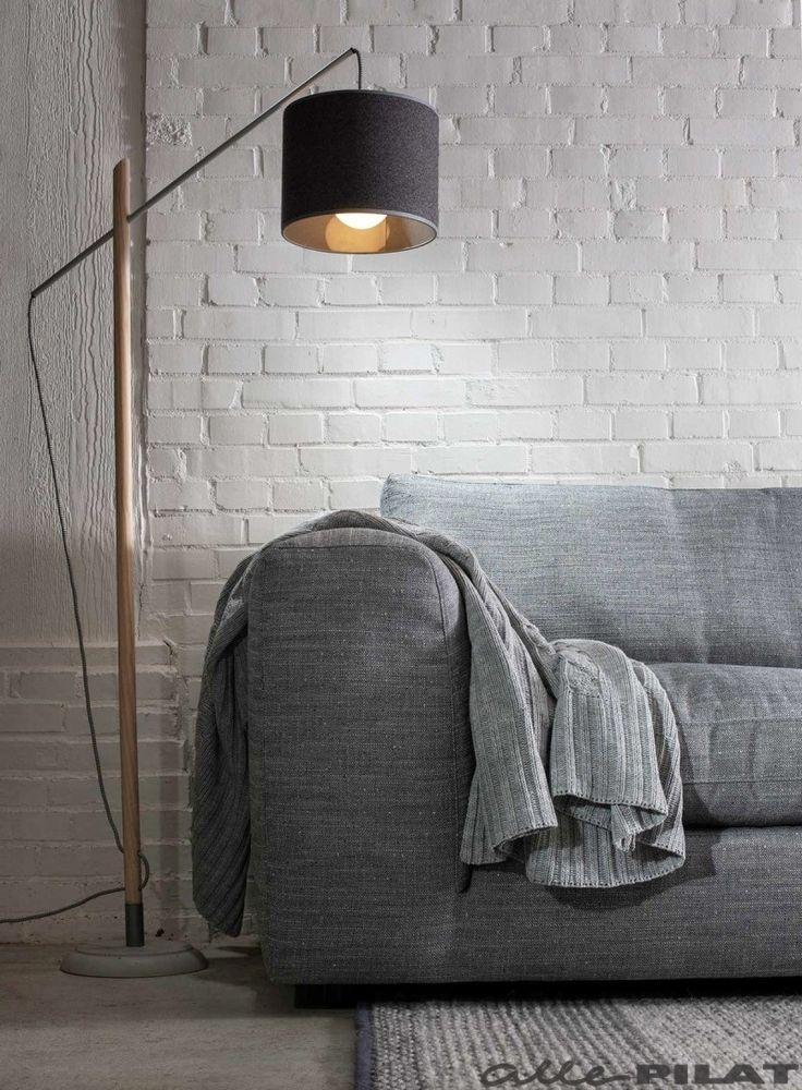 Houten vloerlamp Markus heeft een betonnen voet en een donker grijze kap - Woonwinkel Alle Pilat