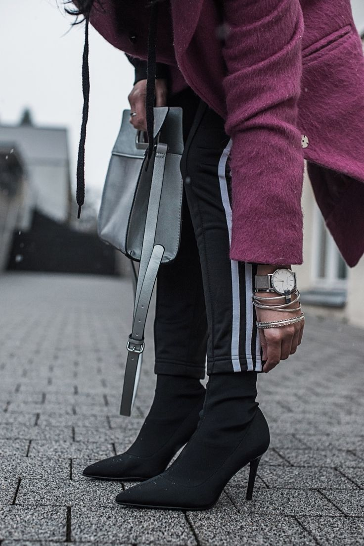 Pink als Eyecatcher - Outfit mit Adidas Track Pants, Sock Boots und Reserved Mantel in pink   fashion, ootd, fashion blogger, styling   Julies Dresscode Fashion Blog   https://juliesdresscode.de