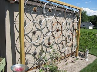 a trellis made from old bicycle wheels...how clever!