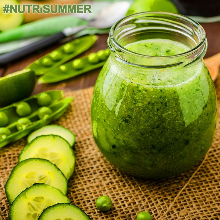 """Jeśli szukasz świeżego, odtruwającego koktajlu, który wspomoże Twój system odpornościowy to własnie na niego patrzysz! """"Cucumber Flow"""" jest pełen zielonych jarzyn i witamin, których Twoje ciało potrzebuje, na pewno rozkręci każdą ogrodową imprezę! Dodaj szczyptę ostrej papryki i odrobinę świeżej papryczki jalapeño, żeby otrzymać pikantnego kopa! Składniki: - 2 szklanki sałaty - 1/4  awokado - 1/2 łodygi selera naciowego - 1 kawałek imbiru - 1 ogórek - 2 łyżki soku z cytryny - zalać wszystko…"""