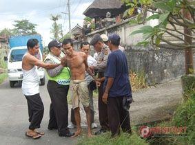 Ngamuk, Pria Bertato Diamankan Polisi - http://denpost.imediamu.com/2015/06/16/ngamuk-pria-bertato-diamankan-polisi/