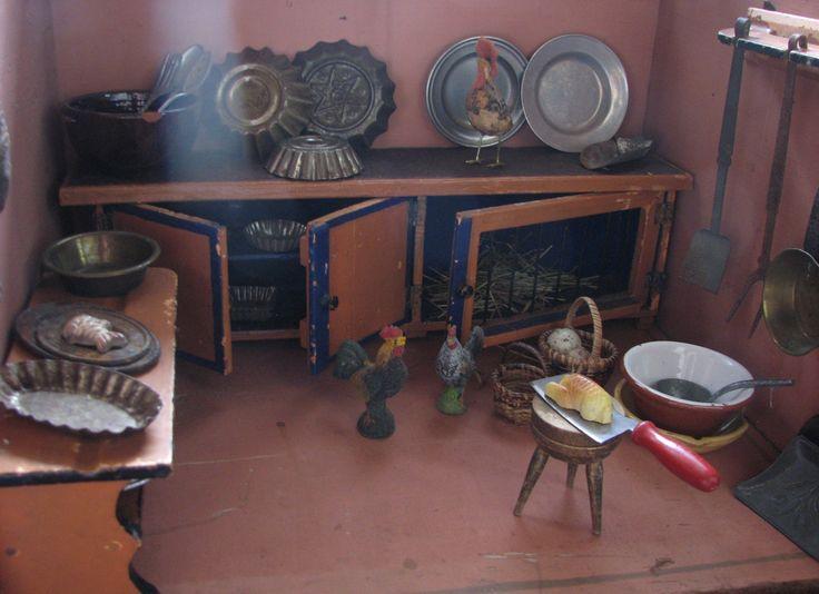 Altes Puppenstubengehäuse von 1880 mit Möbeln aus Thüringen