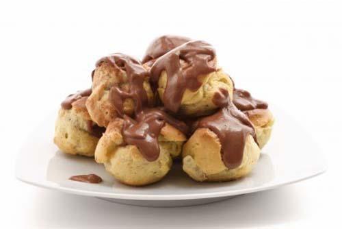 La masa de los profiteroles en sí no lleva azúcar, el dulce lo aporta el relleno, pero puedes poner una cucharita si lo prefieres.