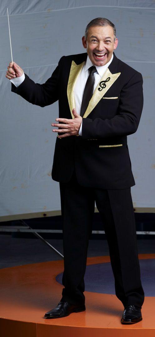 #CésarEscola  Es conocido como Músico y presentador Colombo-Argentino, Director Musical de la Orquesta de la fortuna del programa #DoReMillones y presentador de #TambiénCaerás.