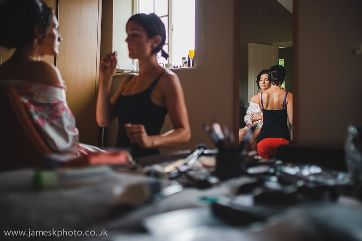 Wedding at Woburn Abbey, Bedfordshire. Bride and bridesmaids getting ready. www.jameskphoto.co.uk