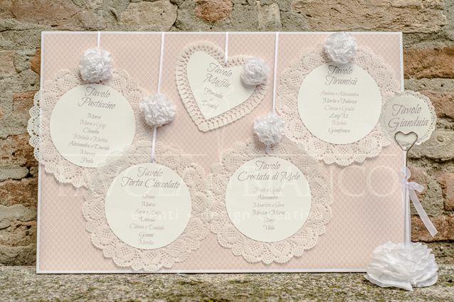 Wedding Details - Tableau mariage a cartellone con centrini sotto torta e segnatavolo di acciaio con fiore di carta realizzato a mano
